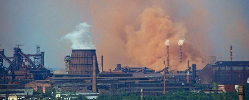 Фото работающего завода, дым из заводских труб